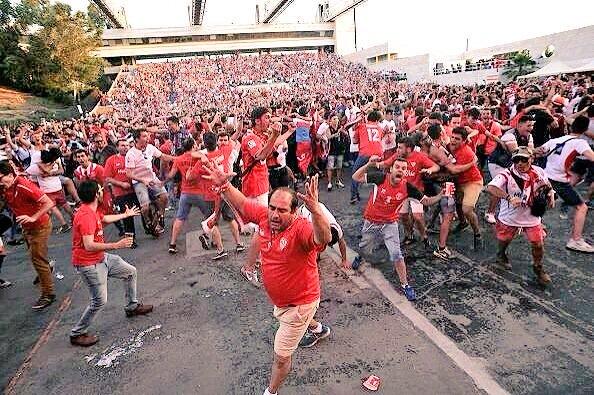 Fotón: Extasis del Sevillismo celebrando su cuarta UEFA via @_JavierSantos_