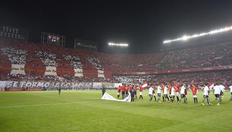 Foto: El espectacular Tifo a ras de campo via @SevillaFC