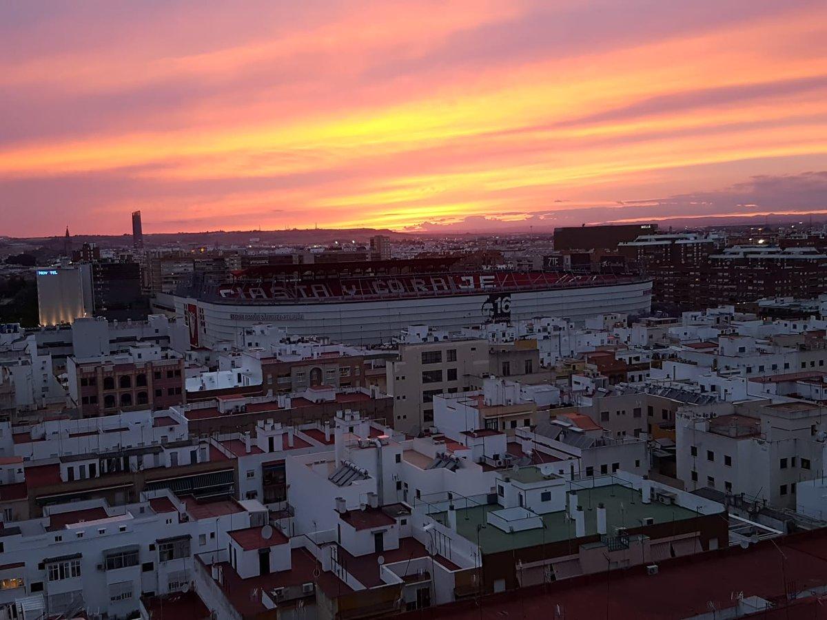 Foto: atardecer en Nervión... vía @sevillanitis_