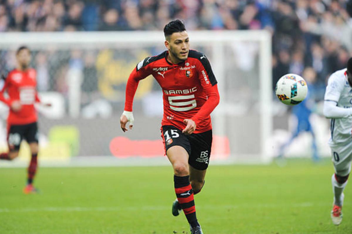 France Football: Interés del Sevilla FC en el lateral zurdo argelino, Ramy Bensebaini