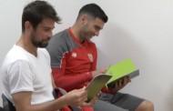 Foto: El Sevilla entrega la guía de buenas prácticas de la LFP y así lo ve @CazonPalangana