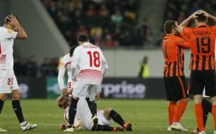 Foto: Manos en la cabeza de jugadores del Shakhtar tras ver la lesión de Krohn-Dehli