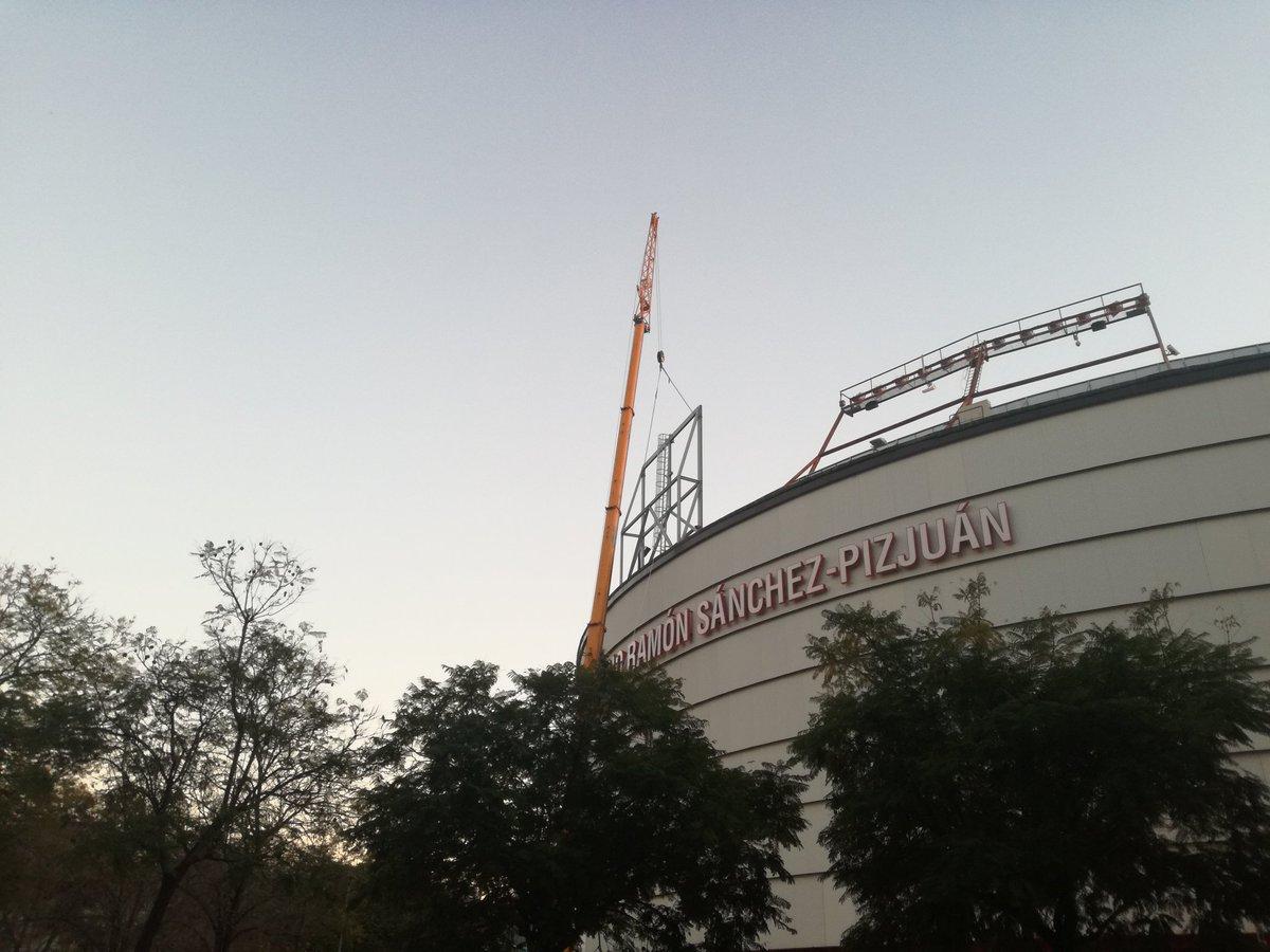 Foto: Colocando los nuevos soportes para los focos del estadio, vía @JeDaOdeMa