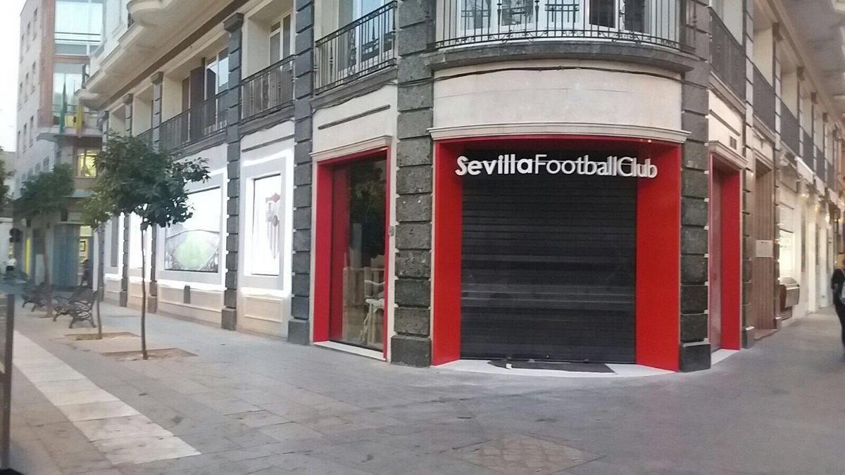 Foto: Así se la rotulado la tienda de Puerta de Jerez del Sevilla, vía @CarlosRomeroSFC