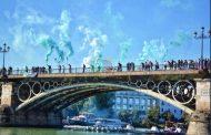 Una bengala lanzada desde el Puente de Triana rozó el brazo de uno de los remeros