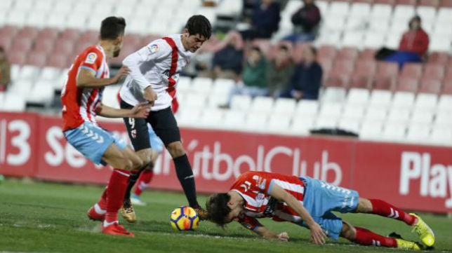 Montella reserva a Carlos Fernández por los problemas en la delantera