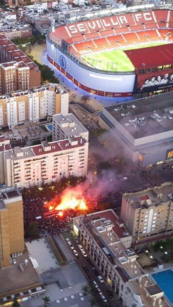 Foto: Impresionante vista aérea del autobús del Sevilla llegando al Estadio