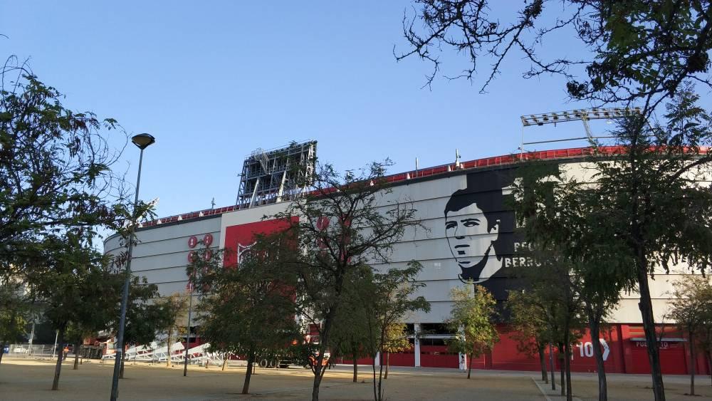Foto: Retiran las estructuras publicitarias junto a los marcadores del Estadio, visto en ForoSevillaGrande