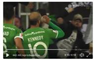 Vídeo: Mete un gol y se toma una cerveza que pilla al vuelo