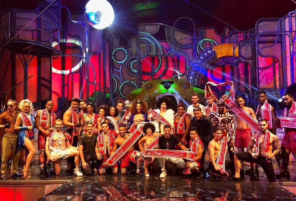 Foto: Bufandeo sevillista en el escenario de The Hole
