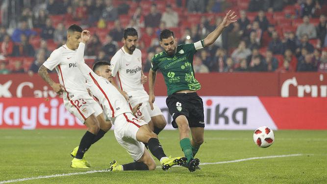 El Sevilla da un sorbo angustioso
