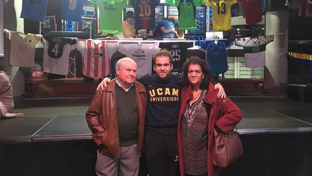 De Mágico González a Messi, una colección de más de mil camisetas de fútbol en Dos Hermanas