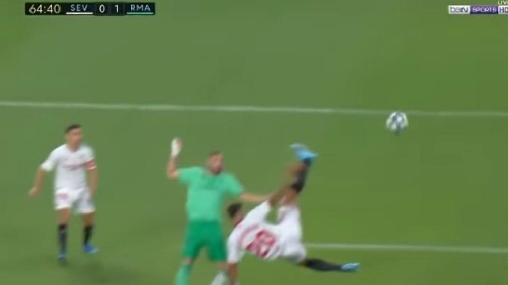 Foto: Una vez sobrepasado, Diego Carlos intentó defender el gol de forma espectacular