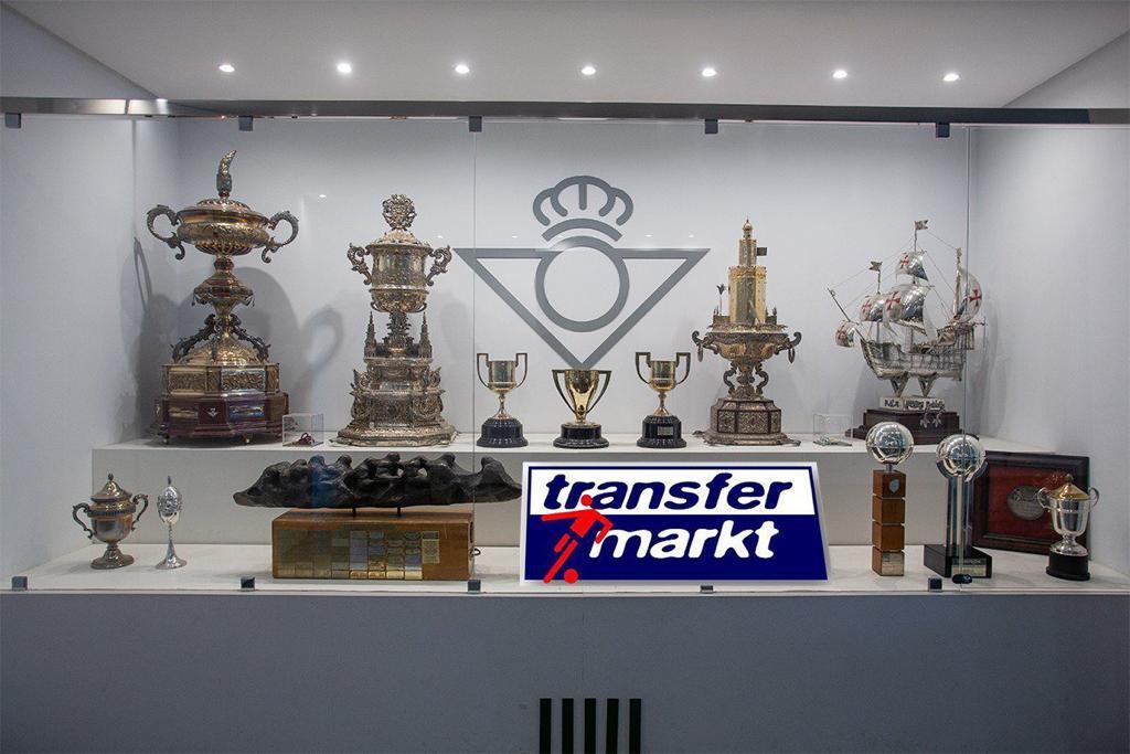 Foto: Un nuevo título alumbra la sala de trofeos del Betis