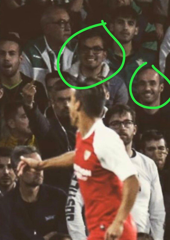 Foto: Ojo a los dos infiltrados en la grada bética en el gol de Ocampos